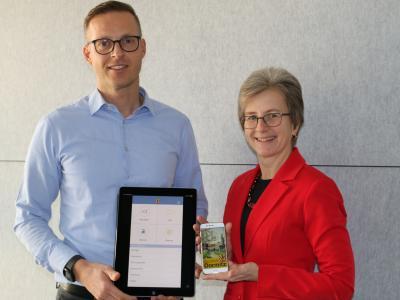 1. Bürgermeister Holger Bezold freut sich mit Projektbetreuerin Elke Elm über die vielen Dienstleistungen und Serviceangebote, die der Dormitzer Bevölkerung ab sofort mit der Bürger-App rund um die Uhr zur Verfügung stehen.
