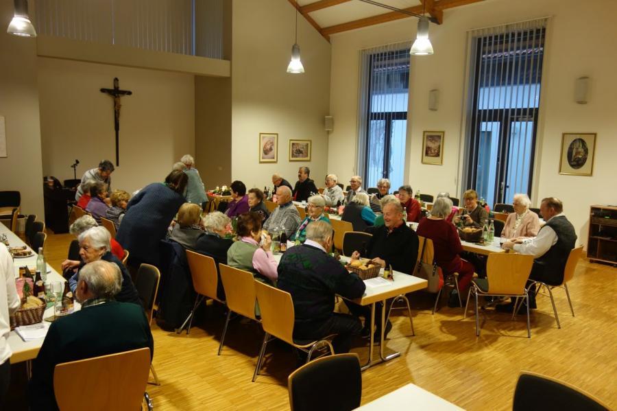 Bild der Meldung: Senioren der Pfarrei treffen sich zur Adventsfeier