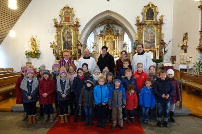 Foto zur Meldung: Beim Familiengottesdienst gratuliert die Pfarrei unserem Gemeindereferenten