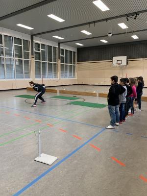 """Astrid Weidner zeigt den Schülern die Sportart """"Torball"""""""