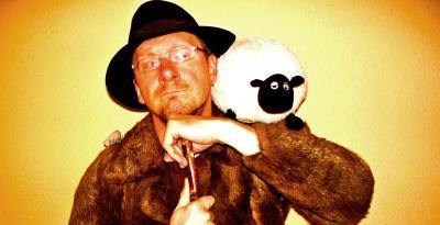 """Vorschaubild zur Meldung: Pfarrer Daniel Geißler ist """"Allein unter Schafen""""  Niemegker Solokrippenspiel am vierten Advent"""