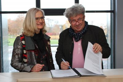 Vorschaubild zur Meldung: Pachtvertrag für neues Café unterschrieben