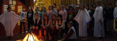 Schüler lassen Weihnachtsgeschichte in besonderem Licht erscheinen