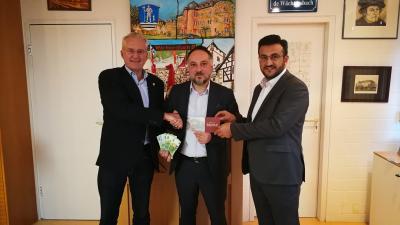 von links: Bürgermeister Andreas Weiher, Vorsitzender Hakan Akbulut, Imam Fathullah Tasci