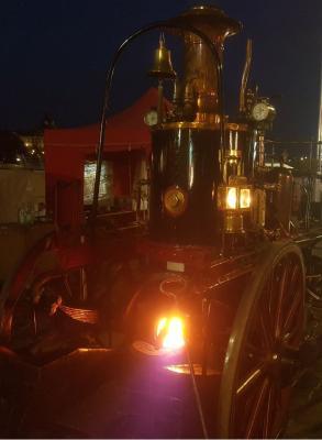 Die Dampfspritze in Dresden bei Nacht