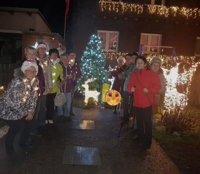 Gemeinsam ging es durch den weihnachtlich beleuchteten Ort.
