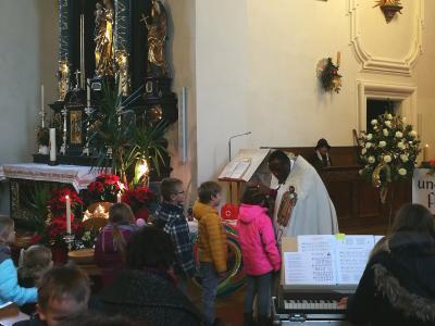 Pfarrer Dr. Umeh segnet die Kinder