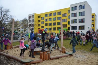 Kinder auf den Schulhof der Elblandgrundschule in Wittenberge I Foto: Martin Ferch