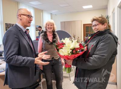 Blumen von Bürgermeister Dr. Ronald Thiel: Kerstin Valeske (r.) freut sich, dass sie nun das neue Angebot im Pritzwalker Bahnhof nutzen kann. Foto: Beate Vogel