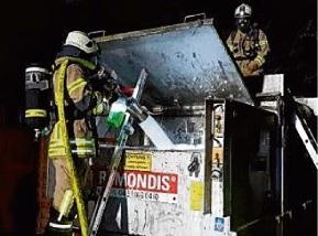 Foto zur Meldung: Brennende Container halten Feuerwehr in Atem