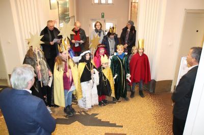 Foto zu Meldung: 20*C+M+B+20: Sternsinger segnen das Falkenseer Rathaus
