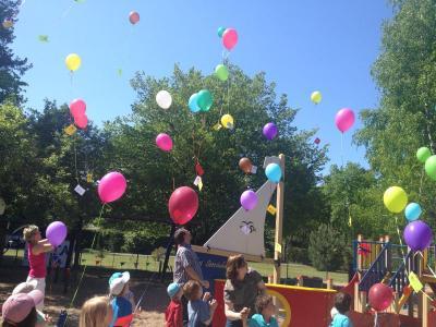 """Das Bild zeigt Kitakinder - hier in der """"Kita am See"""" bei der Luftballonaktion des Bündnis für Familie Falkensee."""