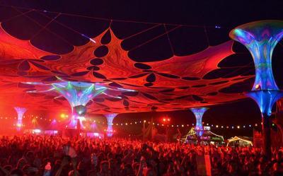 Die ausgefallene Dekoration gehört ebenso zum Psychedelic Circus Open Air wie die angesagten DJs aus der ganzen Welt.