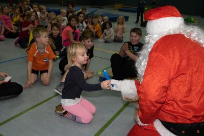 Der Weihnachtsmann belohnt die Kinder