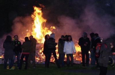 Lodernde Flammen in der Abenddämmerung. Dazu ein Glühwein und eine Rostbratwurst. Was kann schöner sein? Also, kommen Sie zu den Weihnachtsbaumpartys in Biederitz und Gübs. Foto: Thomas Pfundtner