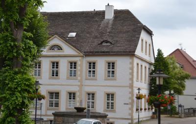 Im Dachgeschoß dieses  Gebäudes (ehem. Volksschule) war bis zum Jahr 2000 das Heimatmuseum und der Heimatverein Nieheim zu Hause.