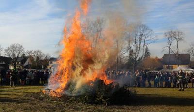Vorschaubild zur Meldung: Neujahrswünsche bei Feuer und Erbsensuppe