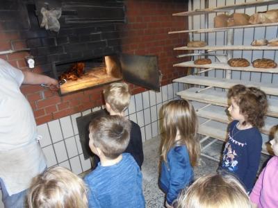 Vorschaubild zur Meldung: Der KiGa Regenbogenland besuchte die Bäckerei Reichhardt