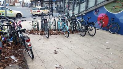 Vorschaubild zur Meldung: Fahrradchaos am Bahnhof soll langfristig Fahrradboxen weichen: Ordnungsamt bittet um Entfernen alter Räder