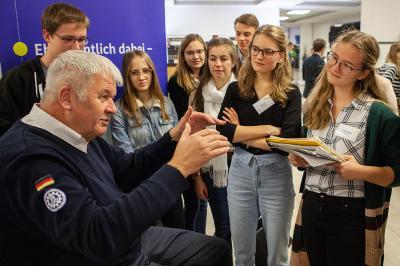 Albrecht Broemme, Präsident des THW, im Gespräch mit Teilnehmern der young leaders Akademie