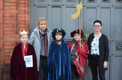 Stadt Perleberg | v. r.: Bürgermeisterin Jura mit den Sternsingern vor dem Perleberger Rathaus