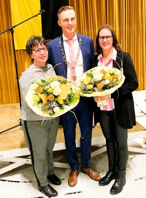 Im Rahmen des Neujahrsempfangs verabschiedete Bürgermeister Holger Bezold die langjährige Seniorenbeauftragte Christine Fuchs und begrüßte die Nachfolgerin Andres Hötzel (r.) im Amt.