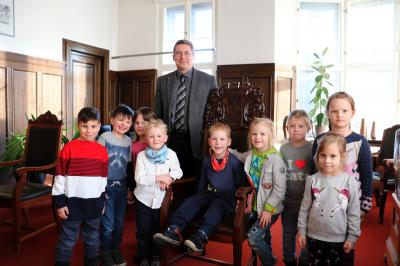 Die Kinder der Kita Märchenland mit Bürgermeister Dr. Oliver Hermann I Foto: Martin Ferch