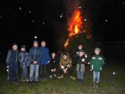 Besonders die Kinder hatten wieder viel Spaß beim Tannenbaumverbrennen in Göhlen