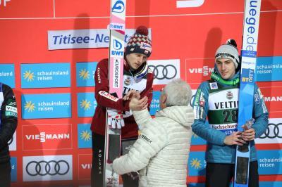 SVS-Präsident Manfred Kuner überreicht dem zweifachen Weltcup-Gewinner von Neustadt den Ehrenpreis - Foto: Joachim Hahne