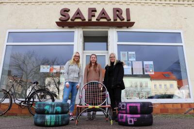 von links: Gina Marie Gerstenkorn, Eyleen Lahrmann und Hanna Noack zeigen Sitzmöbel die im Rahmen des Projekts entstanden sind I Foto: Martin Ferch