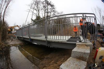 Vorschaubild zur Meldung: Brücke am Hönower Grünzug angekommen