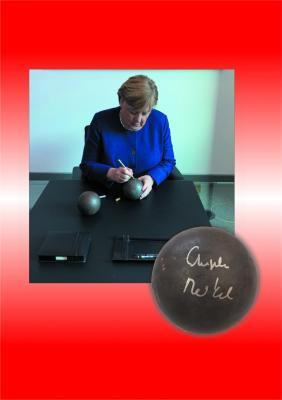 Vorschaubild zur Meldung: Die außergewöhnliche, von der Bundeskanzlerin signierte Kugel wird versteigert