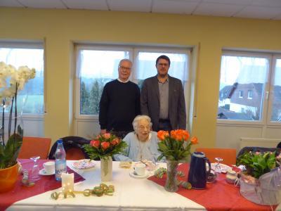 vorne: Geburtstagskind Elisabeth Petau, hinten von links: Pfarrer Reiner Heller und Erster Stadtrat Oliver Peetz