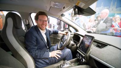 Vorschaubild zur Meldung: Minister probiert Klixbüller Dörpsmobil aus