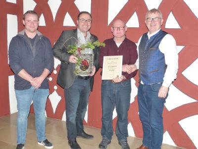 Im Bild von links: Walter Hartmann für den Personalrat, Geschäftsleiter Jürgen Markert, Jubilar Adolf Kutzenberger und 1. Bürgermeister Ewald Vögler