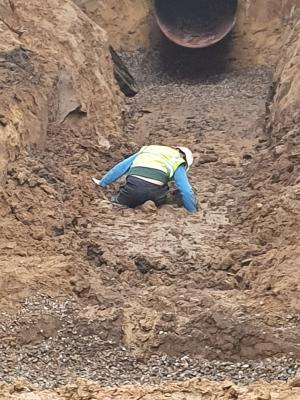 Foto zur Meldung: Werder: Bauarbeiter steckte in Baugrube fest