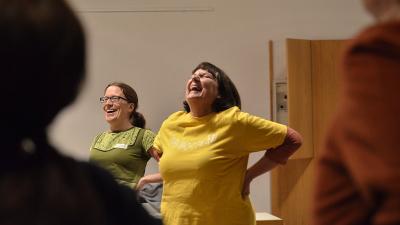 Sandra Mandl und Brigitte Kottwitz lachen rückbeugend
