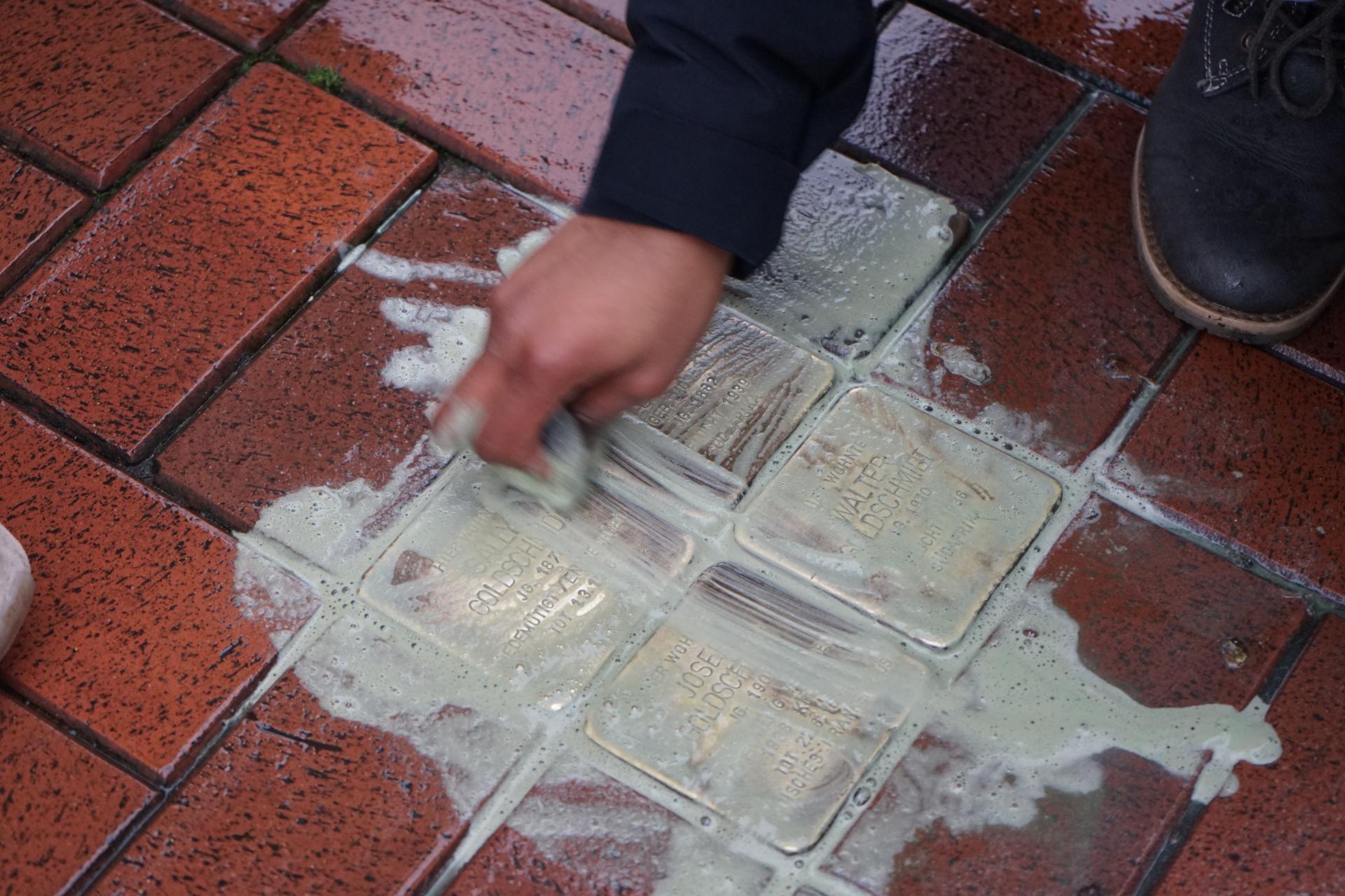 Bild der Meldung: Anne-Frank-Schüler polieren Stolpersteine
