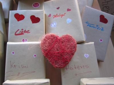 Vorschaubild zur Meldung: Blind date mit einem Buch - Aktion zum Valentinstag