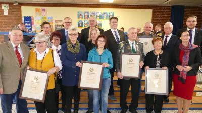 Die Stillen Stars der Gemeinden wurden für herausragendes Engagement geehrt und posierten alle gemeinsam für ein Foto mit den Laudatoren. (Bild: Gemeinde Grasleben)