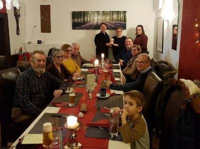 """Petra Nick übergibt die bei den Adventsfenstern eingegangenen Spenden an Pfarrer Risch von der Aktion """"Tischlein deck dich"""""""