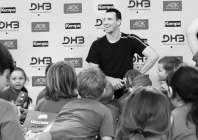 Dominik Klein, ehemaliger Nationalspieler und Handball-Weltmeister, gab wertvolle Tipps an den Handball-Nachwuchs der Gewinner-Schule 2019.