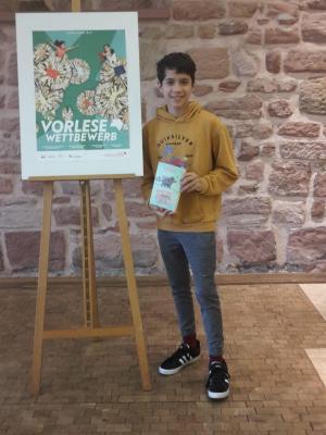 Ismael Hussong liest beim Regionalentscheid des Vorlesewettbewerbs in Landstuhl