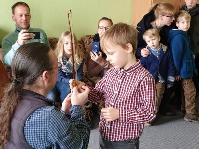 Erste Erfahrungen am Instrument konnten die Kinder an diesem Tag mit nach Hause nehmen