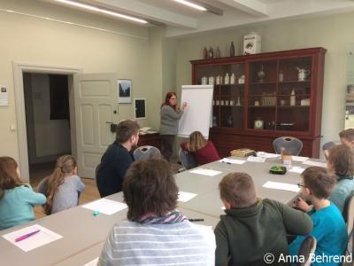 Foto zur Meldung: Stadtführer von Kindern für Kinder Teil 2: Alte Schriften und Bücher im Wegemuseum