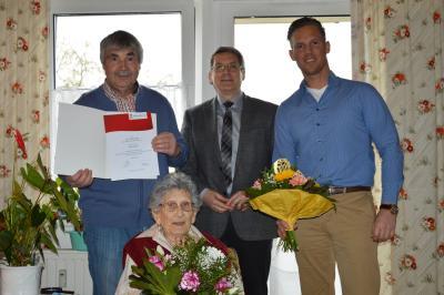 Dr. Oliver Hermann (m.), Karsten Korup (l.) und Urenkel Julian Meser gratulierten Frida Kaleun zum 100. Geburtstag  I Foto: Heike Uhde