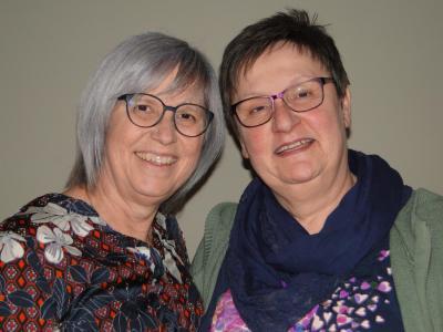 Petra Beck und Angelika Weißenborn (von links) freuen sich schon auf die Ausstellung im Alheimer Rathaus