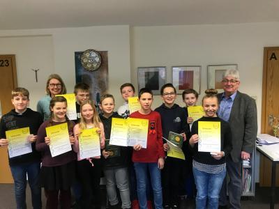 Gruppenfoto der erfolgreichen Teilnehmer mit Frau Zielinski und Schulleiter Thomas Guckenbiehl