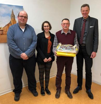 v.l.: Marcel Schmidt, Nadine Bergmann (beide Personalrat); Helmut Lotz; Heinrich Vesper, Bürgermeister