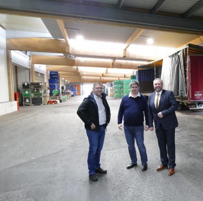 V.l.n.r.: Matthias Krämer, Marco Jobst und Bürgermeister Holger Obst in der neugeschaffenen Überdachung der Be- und Entladezone